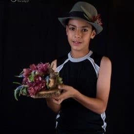 ילדים ושזירת פרחים
