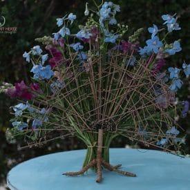 עיצוב פרחים בתוך קונסטרוקציה