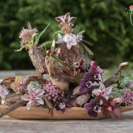 סידור פרחים בשילוב אלמנטים של עץ