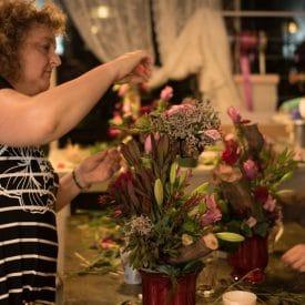 קורס שזירת פרחים מתקדמים - סידור פרחים על גזע עץ