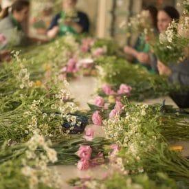 קורס שזירת פרחים מתחילים- שיעור זר כלה קשור