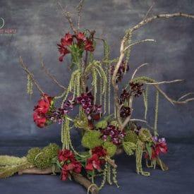שזירת פרחים על גזע עץ